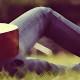 Фото: Девушка лежит и играет на гитаре
