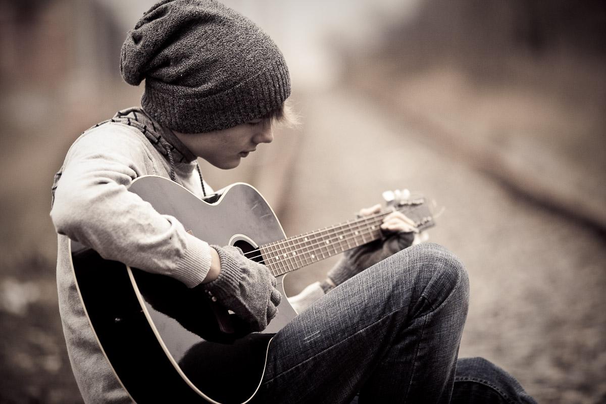 Фото: Парень играет на гитаре